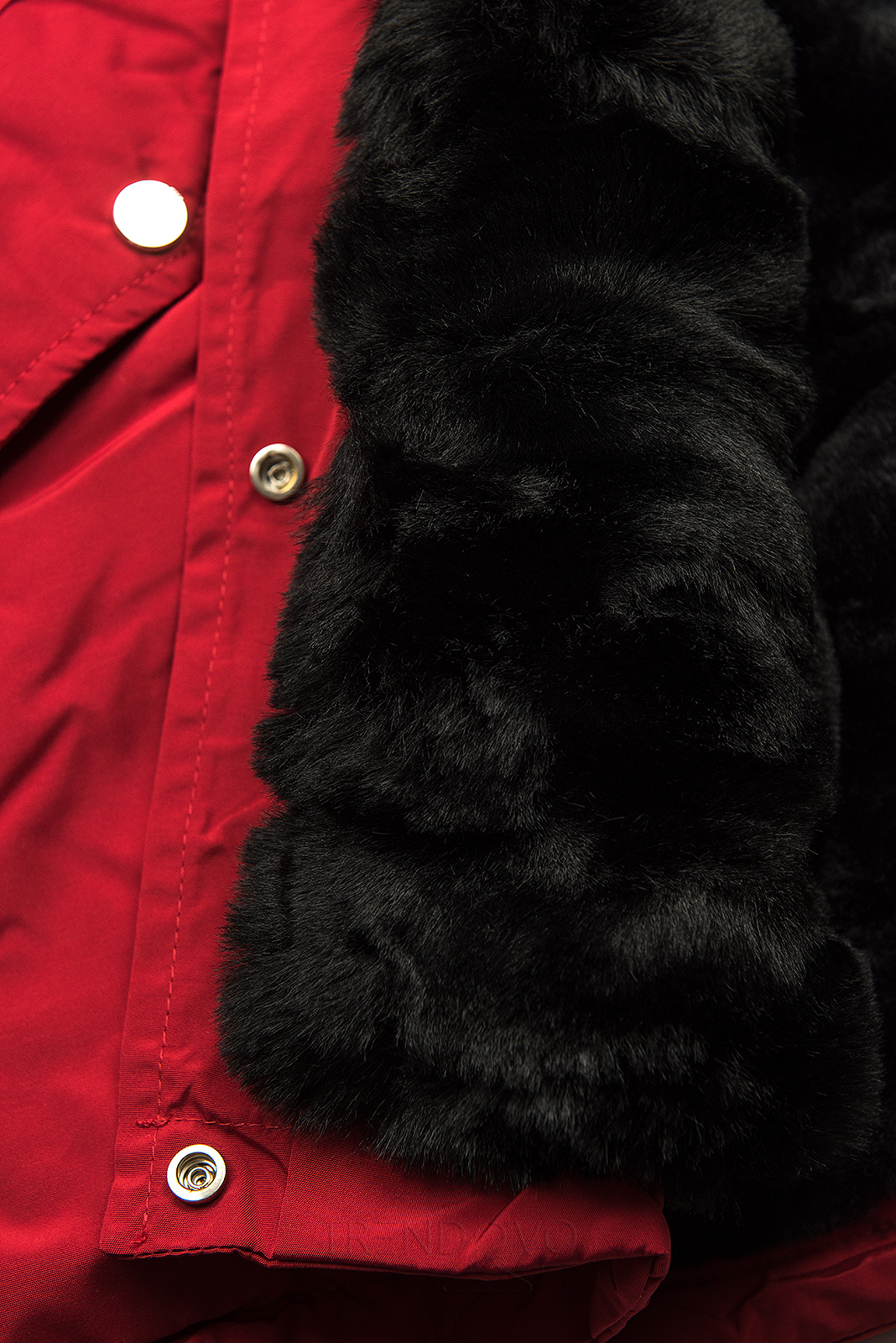 Červená-čierna parka s kožušinovým lemom