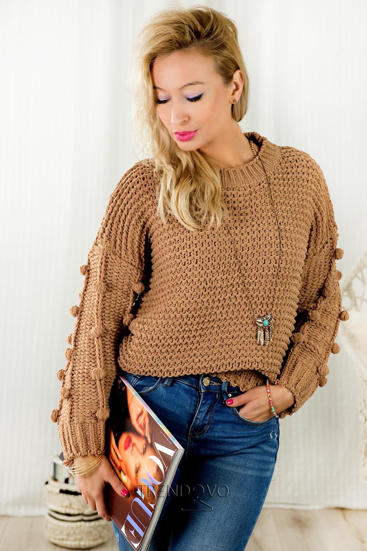 Hnedý sveter s brmbolcami